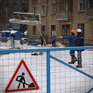 Завидев камеру, рабочие имитируют бурную деятельность на стройплощадке